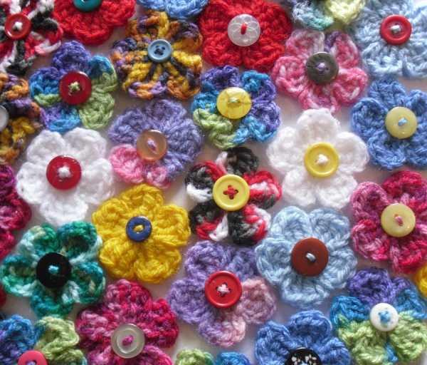çeşitli düğme üzerineörülen çiçekler