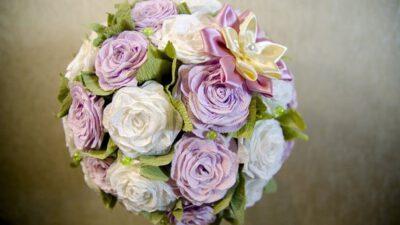 Kağıttan Gül Şeklinde Çiçeklerle Süslemeler