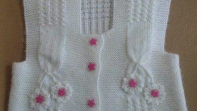 Kare Yaka 3 Düz 1 Büz Örneğinde Çiçeklerle Süslü Yelek Tarifi.  4 .5 yaş.