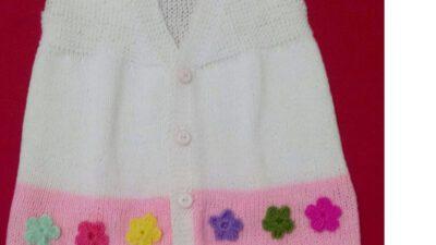 Düz Örülen Kol Kesimi Olmayan Renkli Çiçek Süslemeli Çocuk Yeleği Yapımı. 3 .4 yaş