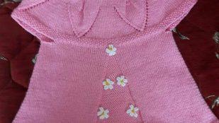 Yakadan Başlama Ajurlu Yaprak Desenli Çiçek Süslemeli Çocuk Yeleği Yapımı. 1 .2 Yaş