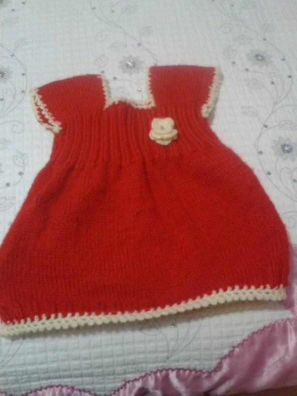 kırmızı şiş ile elbise ve gül motifli süsü
