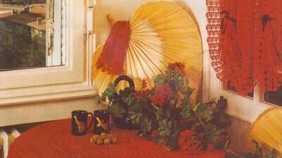 Kırmızı Perde ve Masa Örtüsü