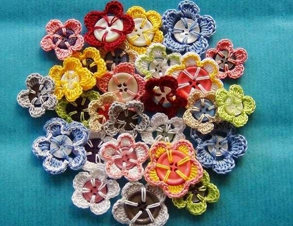 rengarenk düğme üzerine örülen çiçek motifleri