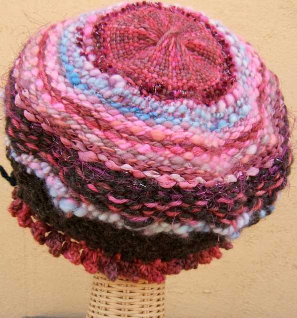 rengarenk iplerle dairesel örgü ile şapka
