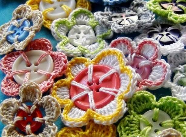 renkli düğmelerle çiçek motifleri