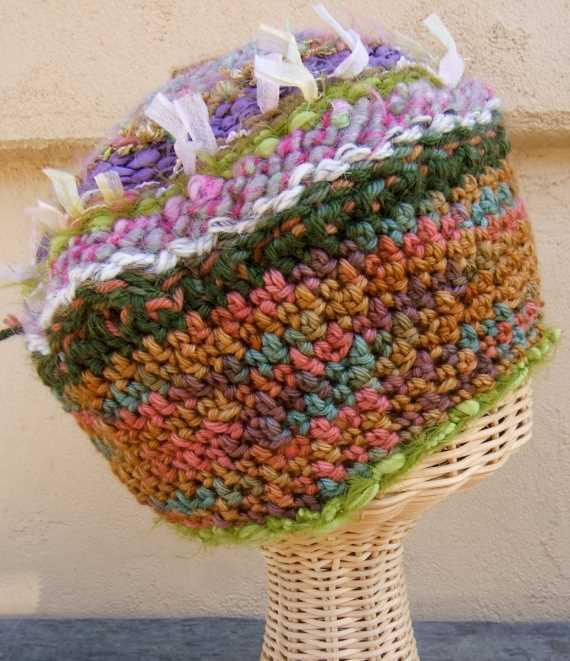 renkli renkli yünlerle dokuma şapka
